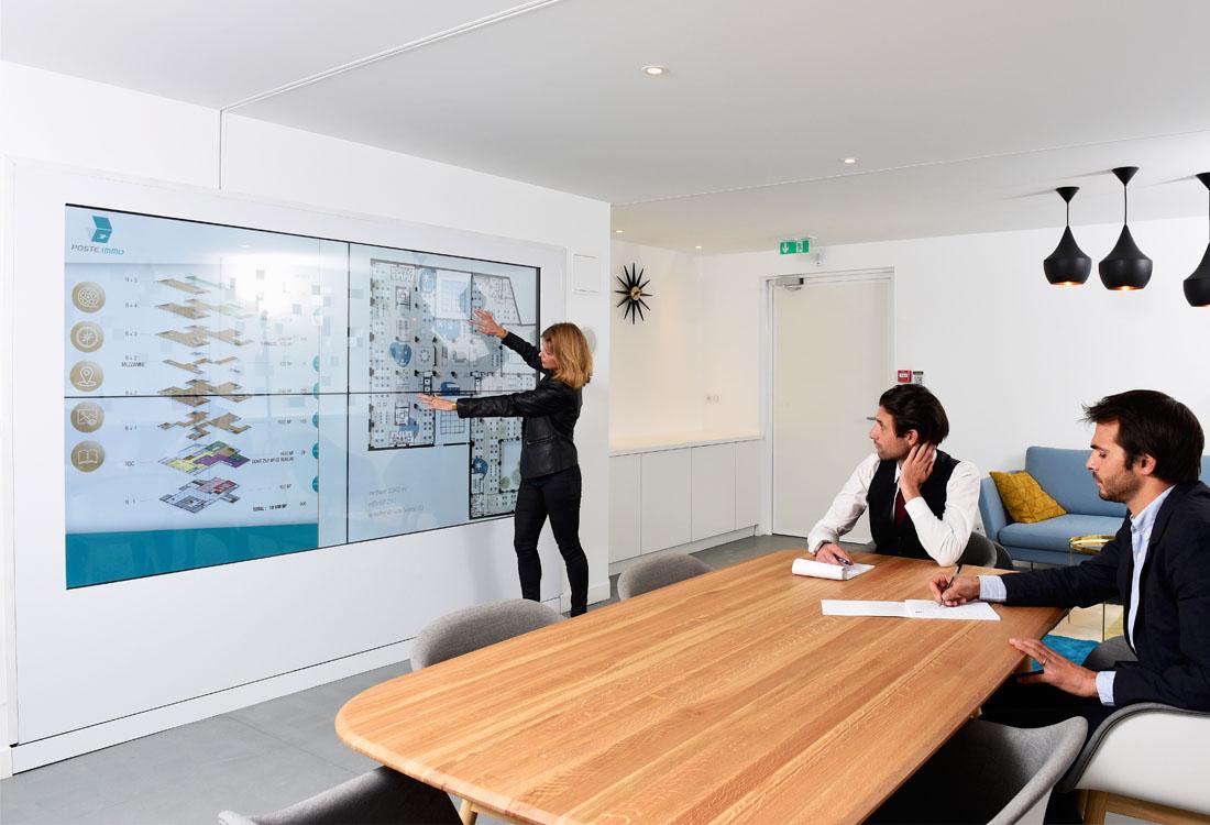 Des tres grands ecrans tactiles mis en place à 5 metres de hauteur